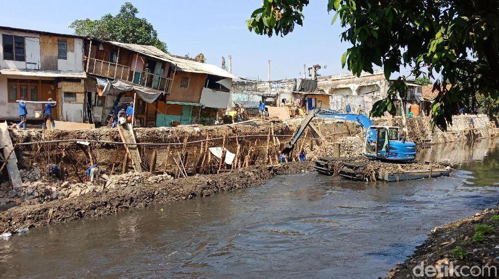 Petugas Dinas SDA Mulai Perbaiki Tanah Ambles di Pademangan