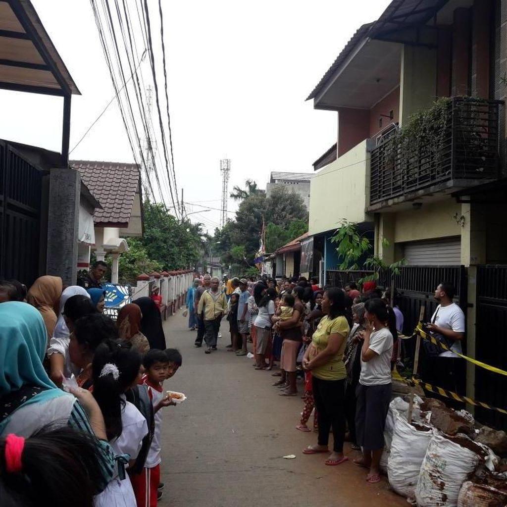 Dengar Kabar Rekonstruksi, Warga Menyemut di TKP Pembunuhan Satu Keluarga