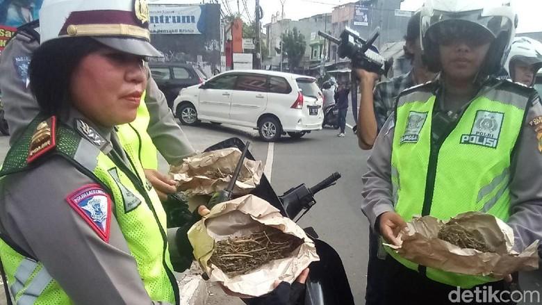 Bawa Ganja, Pemotor Tabrak Polisi saat Razia di Depok