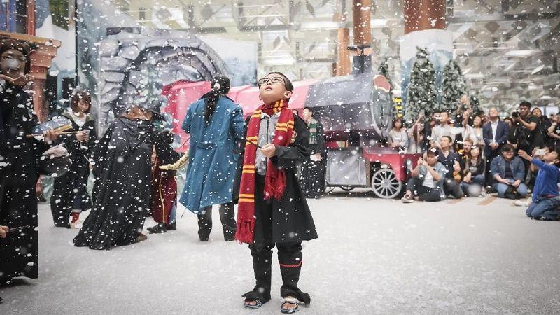 Bandara dihiasi empat set dunia sihir Harry Potter yang tersebar di tiga terminal. Salah satunya Hogsmeade Village lengkap dengan salju buatan di Terminal 3 (Changi Airport Group)