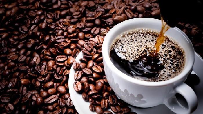 Ada cara yang bisa dilakukan supaya kebiasaan minum kopi jadi lebih sehat. (Foto: iStock)
