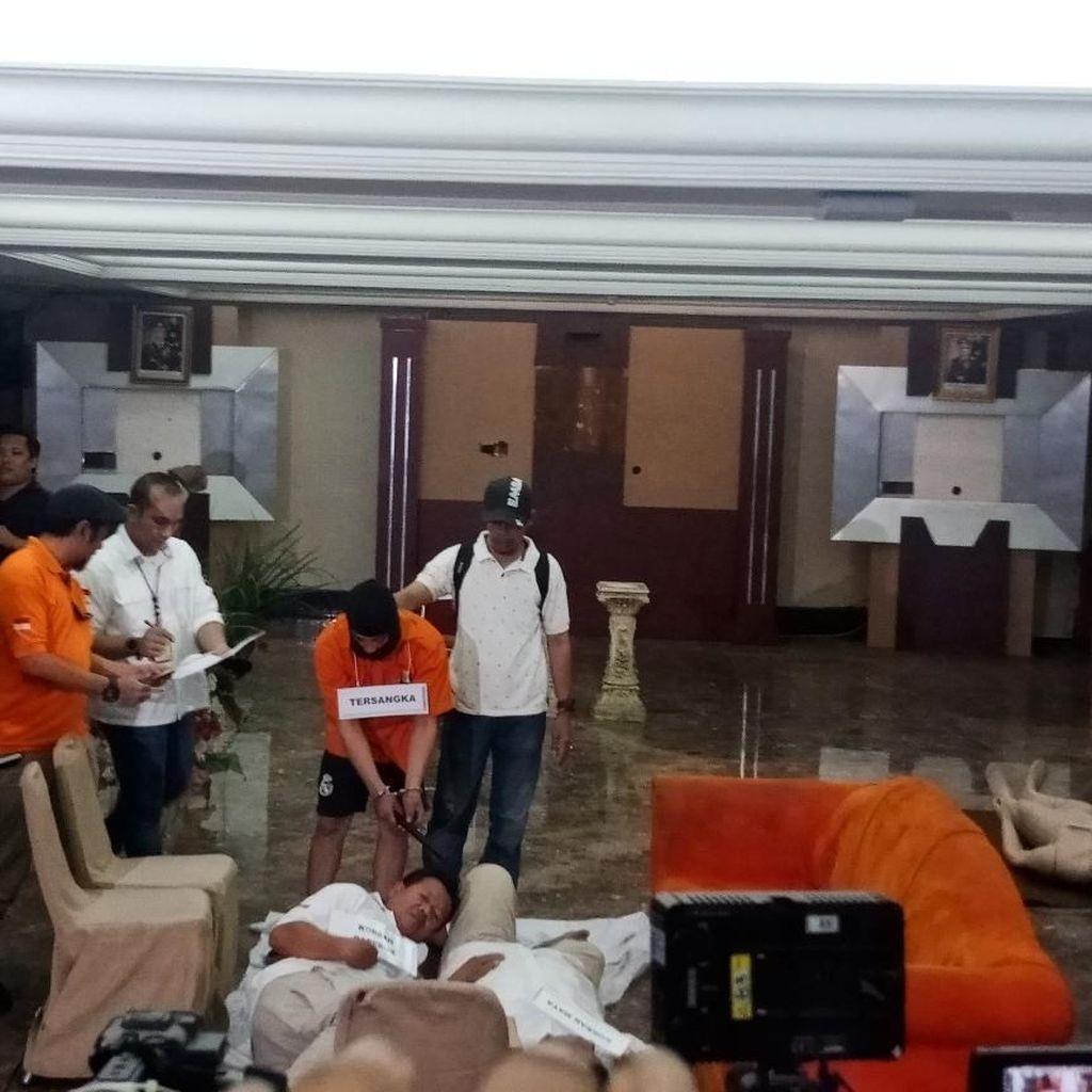 Haris Pembunuh Satu Keluarga Peragakan 30 Adegan di Pra Rekonstruksi