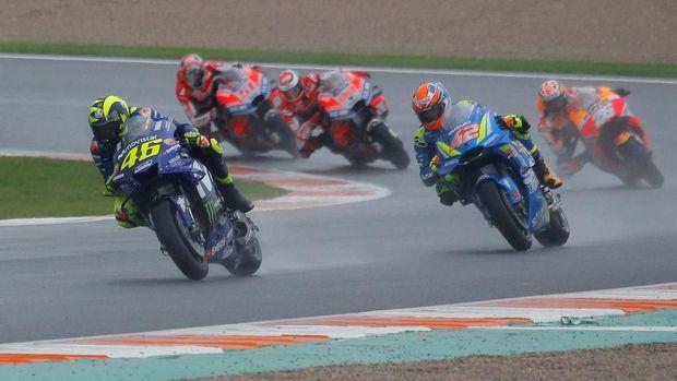 Valentino Rossi melesat di lintasan basah Sirkuit Ricardo Tormo.