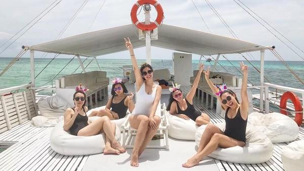 Sebelum melepas masa lajang, Kat mengadakan pesta lajang bersama dengan teman-teman ceweknya. Mereka seru-seruan di Pantai Cebu, Filipina. (Instagram/@katramnani)