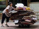Banyak Manula di Hong Kong Terpaksa Memulung Kardus Bekas