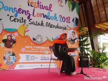 Mendongeng juga bisa diisi dengan alat musik seperti gitar lho, Bun.