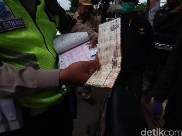 Polisi dan Samsat menggelar razia STNK di Kalibata, Jakarta Selatan.