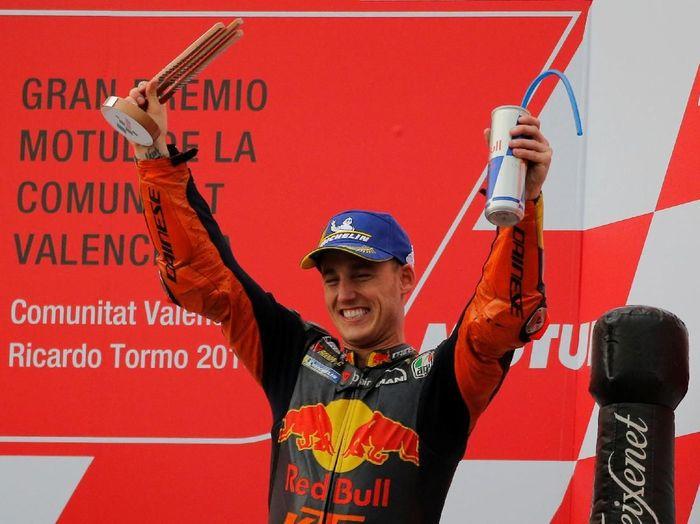 Pol Espargaro merayakan podium ketiga yang dia raih di MotoGP Valencia (REUTERS/Heino Kalis)