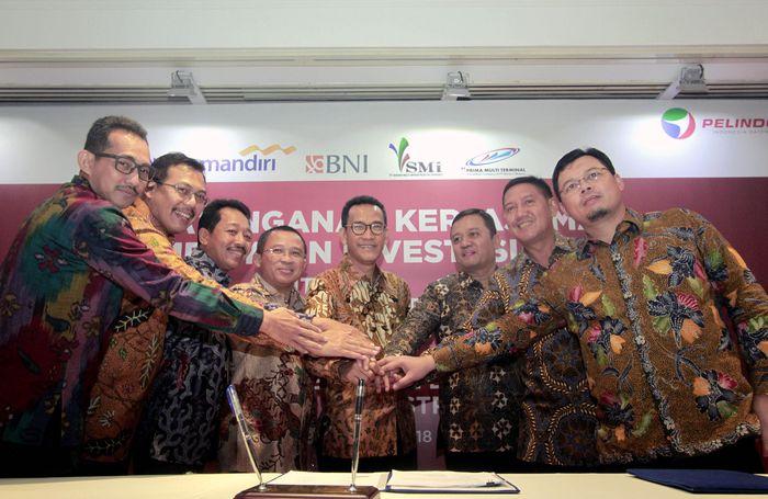 Direktur Utama PT Pelabuhan Indonesia I (Persero)/ Pelindo 1 Bambang Eka Cahyana (4 kiri), Direktur Keuangan Pelindo 1 M. Nur Sodiq (kanan), Komisaris Utama Pelindo 1 Refly Harun (4 kanan) dan Deputi Energi, Logistik, Kawasan dan Pariwisata (ELKP) Kementrian BUMN Edwin Hidayat Abdullah ( 3 kanan), serta perwakilan Bank Mandiri, Bank BRI, Bank BNI dan PT Sarana Multi Infrastruktur (SMI) bertumpu tangan seusai penandatangan kerjasama pembiayaan antara PT Pelindo 1 dengan Mandiri, BRI dan BNI di Jakarta, Senin (19/11).
