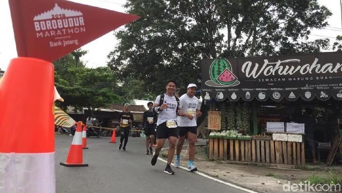 Kamil (kanan) melintas di sekitar km 21 Borobudur Marathon 2018 (Foto: Uyung/detikHealth)