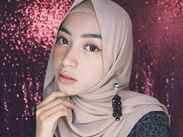 Tutorial hijab simple dalam 20 detik. Foto: Instagram/niasiscawrd