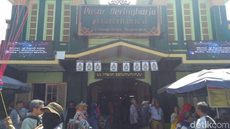 Belanja oleh-oleh serba ada, cobalah mampir ke Pasar Beringharjo di Yogyakarta. Ada banyak suvenir dan pernak-pernik serba murah di sana (Usman Hadi/detikTravel)