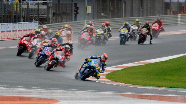 Para pebalap tidak memacu motor dengan kecepatan tinggi ketika menjalani balapan MotoGP Valencia 2018.