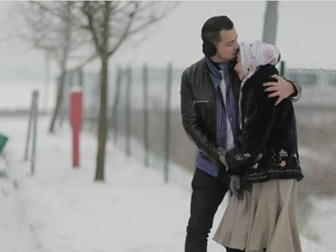 Siapa yang mau foto romantis di Italia seperti mereka nih, Bun? Pasti menyenangkan pergi ke luar negeri di musim dingin bersama pasangan. (Foto : Instagram/ @djorghisultan)