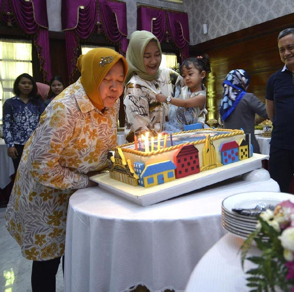 Risma Dapat Kejutan Kue Ultah dari Pegawai Pemkot Surabaya