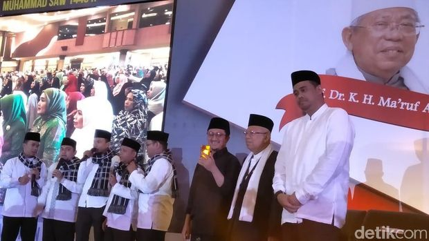 Cawapres Ma'ruf Amin menghadiri peringatan Maulid Nabi di Medan, Sumatera Utara.