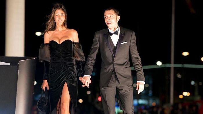 Rossi membawa Sofia Novello ke Palacio de Congresos, Valencia, tempat malam penganugerahaan MotoGP 2018 digelar. Terlihat Rossi menggandeng tangan pacaranya. (Foto: Instagram @valeyellow46)