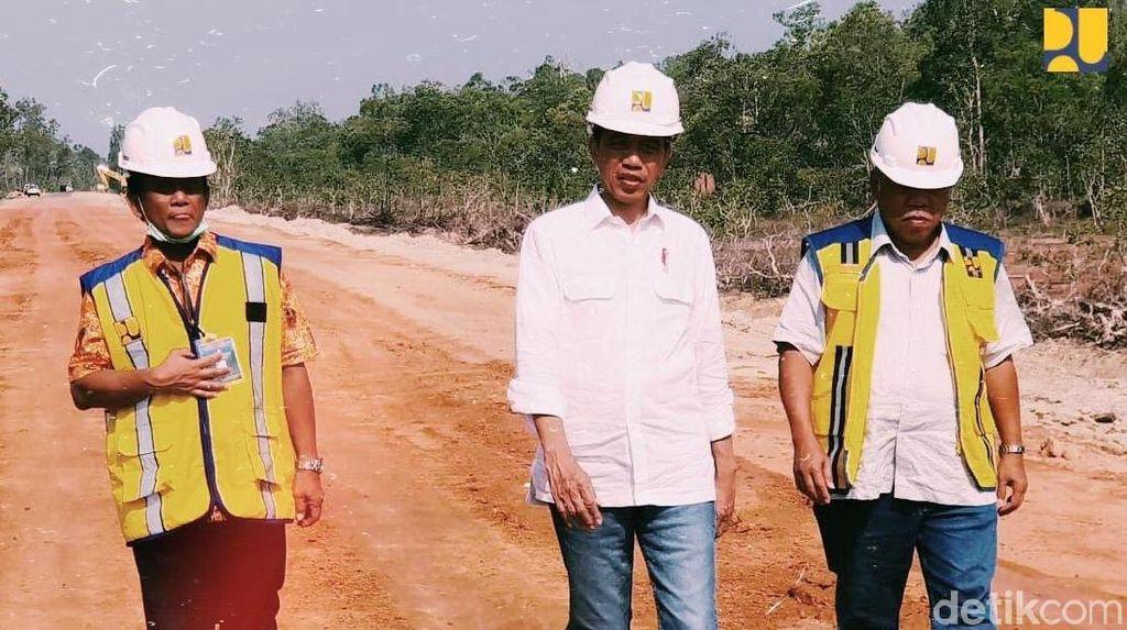 Ditemani Menteri PUPR, Jokowi Pantau Langsung Jalan Perbatasan di Papua