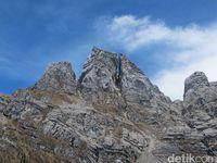 Pegunungan Jayawijaya dengan formasi batuan yang menakjubkan (Afif Farhan/detikTravel)