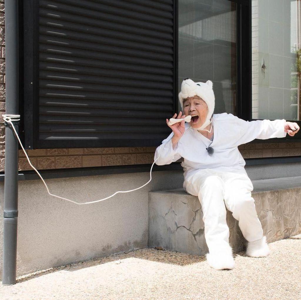 Bikin Senyum! Nenek 90 Tahun Ini Punya Gaya Seru Saat Pose Makan dan Minum