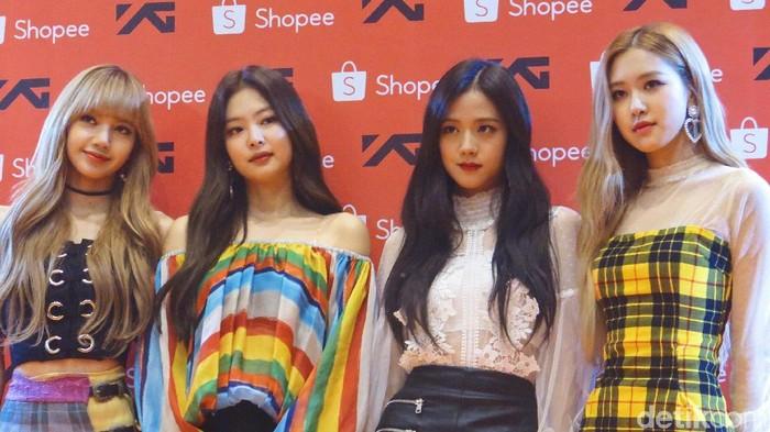 Jennie (dua dari kiri) bersama anggota Blackpink lainnya. Foto: Anggi/Wolipop