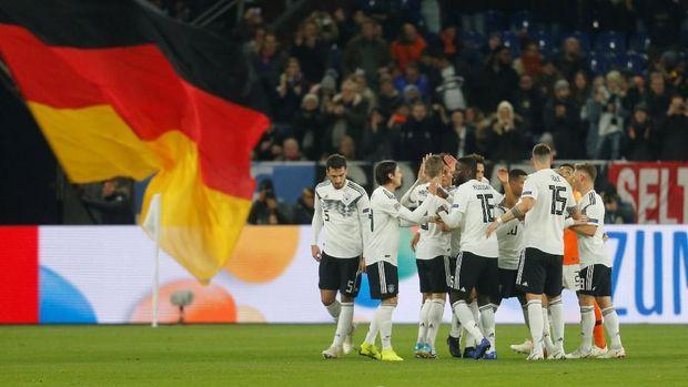 Para pemain Jerman merayakan gol Leroy Sane.