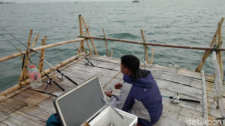 Foto: Memancing di Tengah Teluk Naga Tangerang (Muhammad Idris/detikTravel)