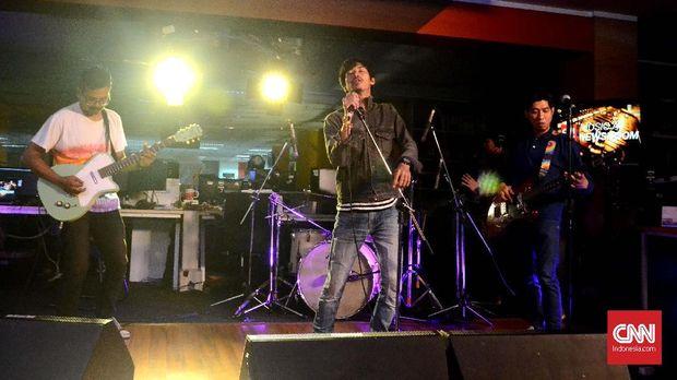 That's Rockefeller saat tampil di Music At Newsroom di Redaksi CNN Indonesia. (CNN Indonesia/ Harvey Darian)