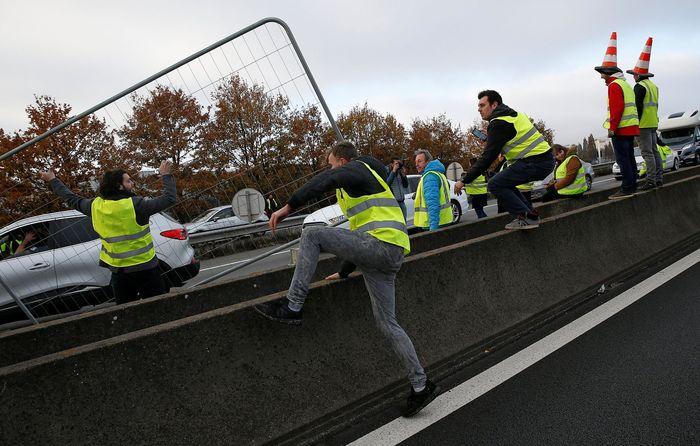 Para demonstran memblokade akses jalan tol, terowongan hingga bandara. Reuters/Charles Platiau.