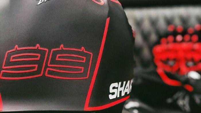 Helm yang dikenakan Jorge Lorenzo saat menjajal motor Repsol Honda di tes MotoGP Valencia. (Foto: Twitter @lorenzo99)