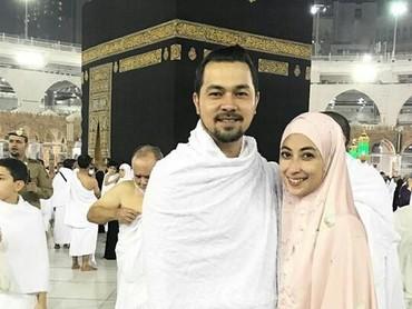 Nggak cuma jalan-jalan,Sultan Djorghi juga mengajak istrinya pergi beribadah ke Tanah Suci Makkah. (Foto: Instagram/ @djorghisultan)