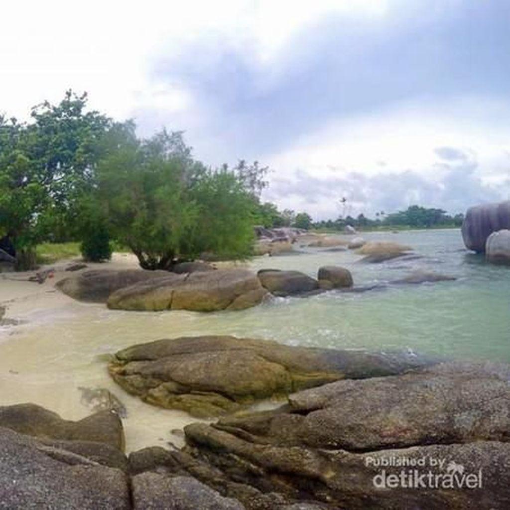 Pantai Unik dengan Bebatuan Granit Ekstra Besar