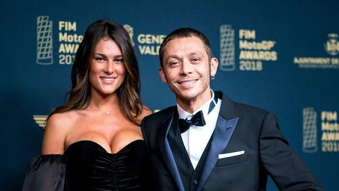 Valentino Rossi dan Francesca Sofia Novello di acara FIM MotoGP Awards 2018. (Foto: Instagram @valeyellow46)