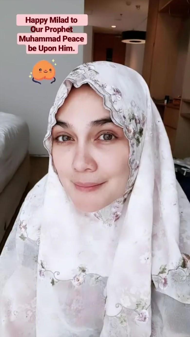 Rayakan Maulid Nabi, Luna Maya tampil Menawan dengan Hijab