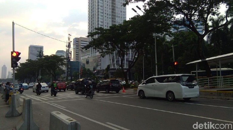 Waduh! Banyak Kendaraan Terobos Pelican Crossing Halte TransJ GBK
