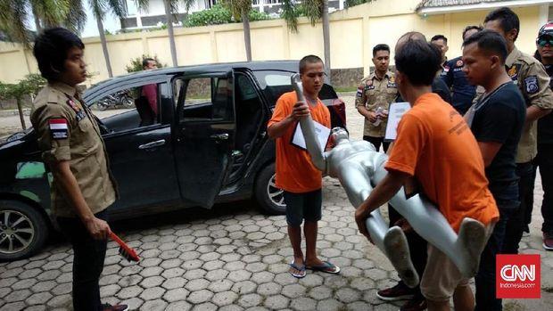 Para pelaku mempraktekkan pembunuhan terhadap sopir taksi online dalam rekonstruksi kasus, di Palembang, beberapa waktu lalu.