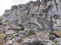 Pegunungan jayaiwjaya dengan formasi bebatuan yang menakjubkan (Afif Farhan/detikTravel)