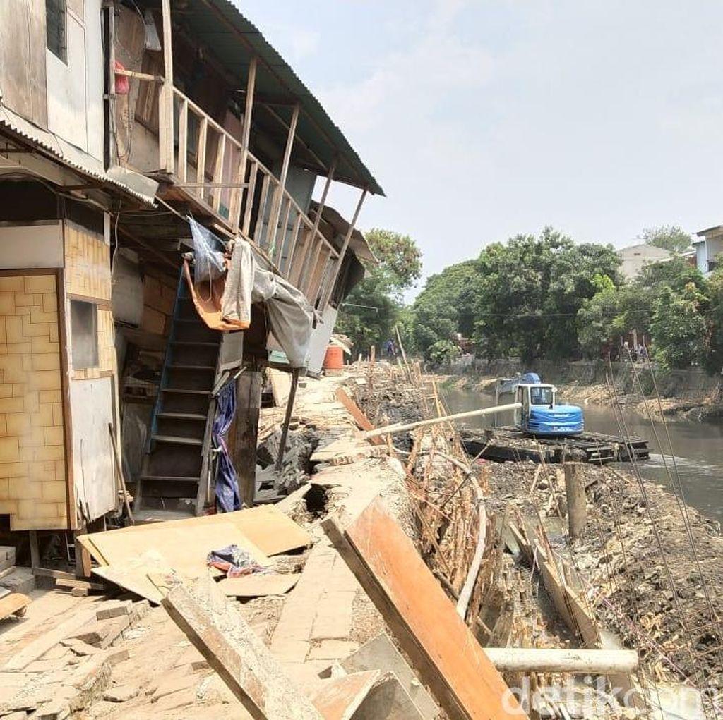 Anies Janji Bangun Lagi Rumah Ambles di Bantaran Kali Pademangan