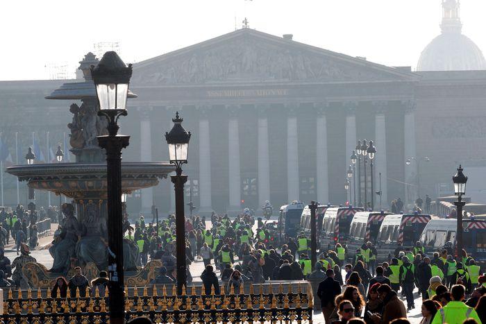 Para demonstran berunjuk rasa dengan memakai rompi kuning. Reuters/Stephane Mahe.