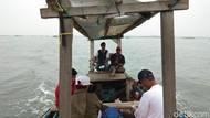 Foto: Ini Asyiknya Mancing di Tengah Teluk Naga Tangerang
