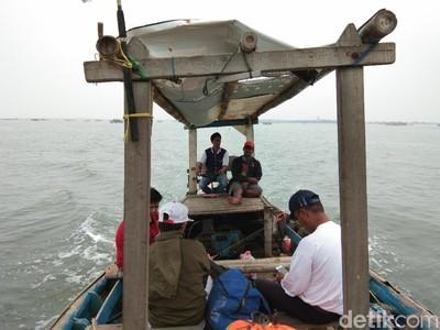 Foto: Ini Asykinya Mancing di Tengah Teluk Naga Tangerang