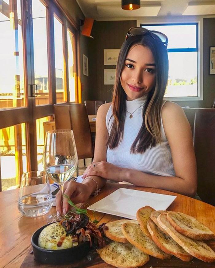 Wajah cantik Annisa merupakan perpaduan darah Australia dan Indonesia. Annisa sedang berada di New Zealand untuk mencicip keju, roti dan white wine. Foto: Instagram @annisarawles