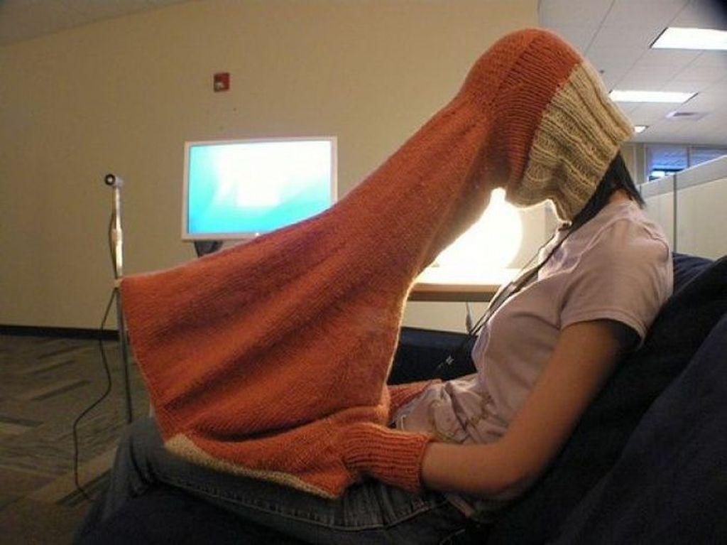 Kain rajutan untuk menjaga privasi saat membuka laptop. Memang agak berlebihan sih. Foto: @beckystern via Brightside