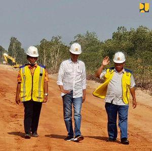 Ketika Jokowi Jajal Langsung Jalan Perbatasan di Papua