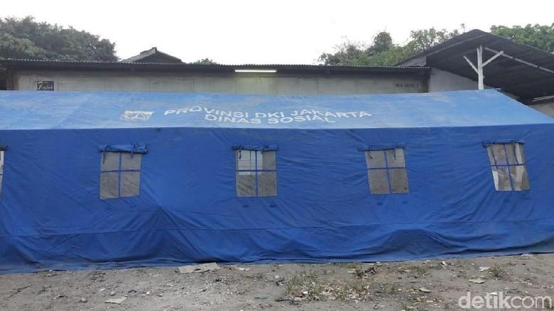 Dinsos Bangun Tenda Layak untuk Korban Rumah Ambles di Pademangan