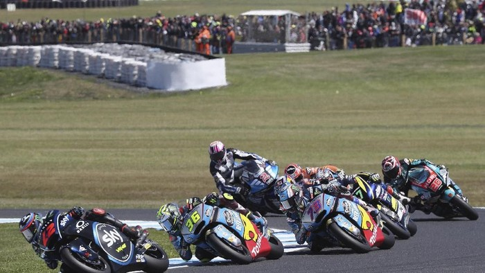 PHILLIP ISLAND, AUSTRALIA - OCTOBER 28:  Francesco Bagnaia of Italy and Sky Racing Team VR46 leads the field during  the Moto2 race during the MotoGP of Australia - Race during the 2018 MotoGP of Australia at Phillip Island Grand Prix Circuit on October 28, 2018 in Phillip Island, Australia.  (Photo by Mirco Lazzari gp/Getty Images)