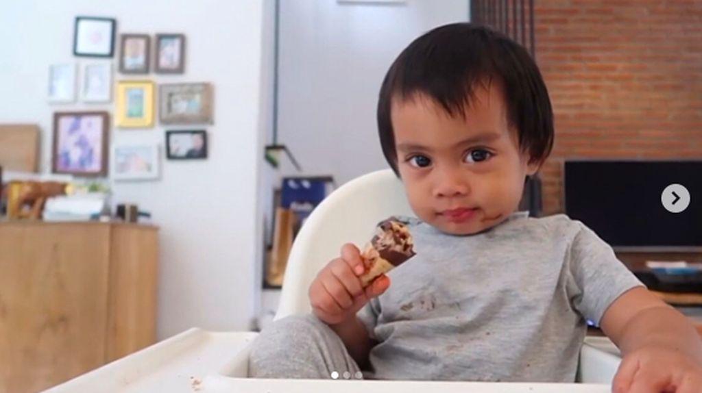 Gemasnya Lihat Sekala Makan Sereal dan Es Krim