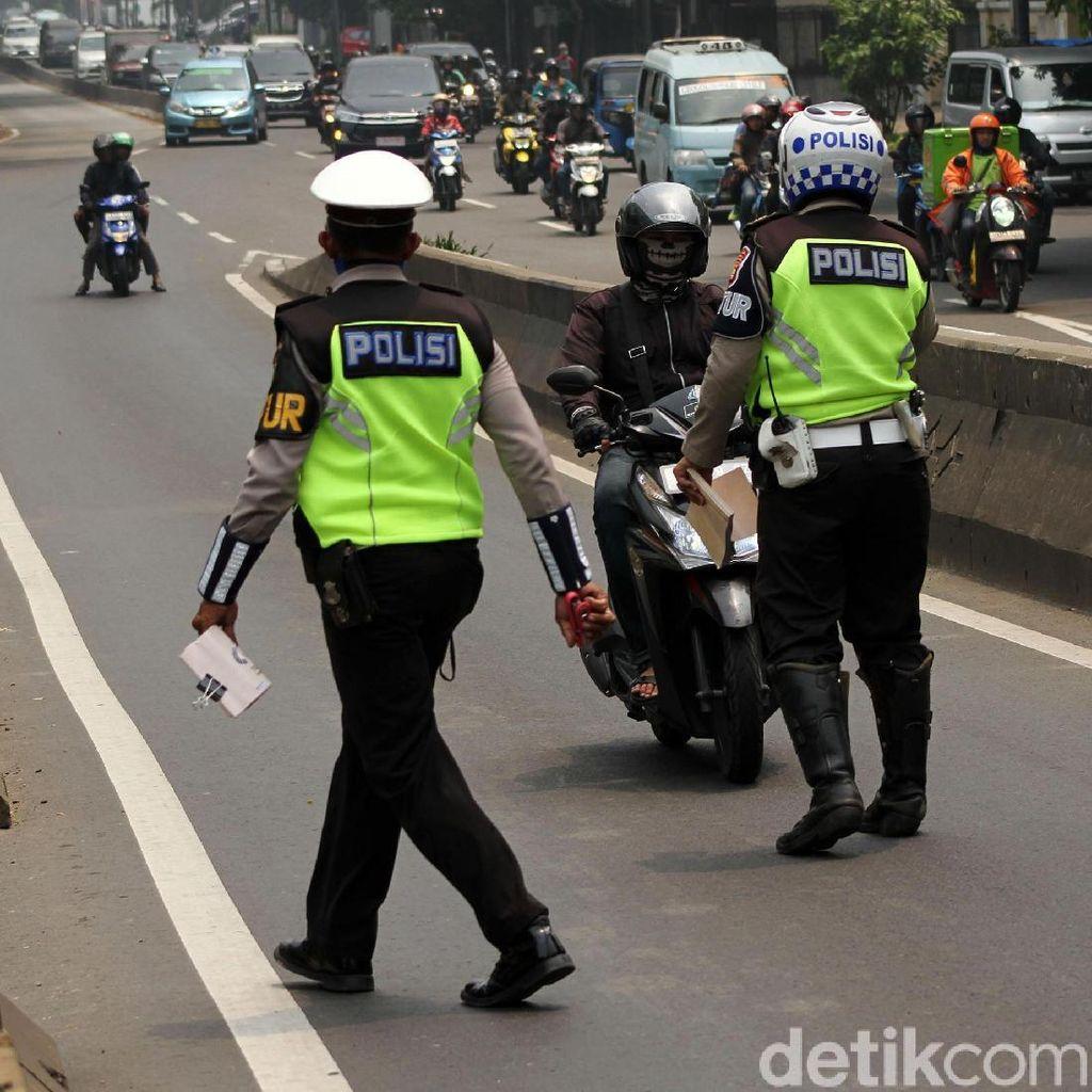 Pemotor Bandel Ditilang di Flyover Pesing