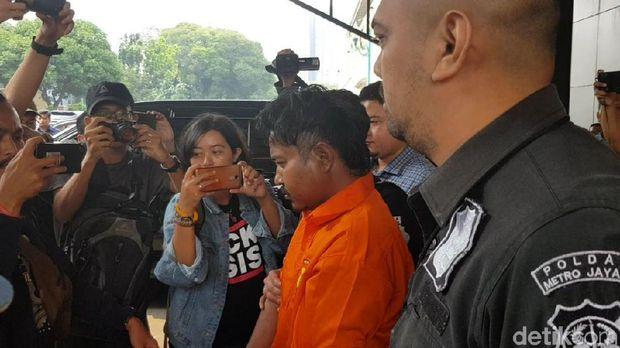 M Nurhadi tersangka pembunuh Dufi dibawa dari Polda Metro Jaya, Rabu (21/11/2018)