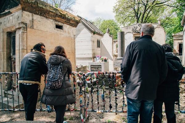 Wisatawan ziarah ke makam Jim Morrison (iStock)